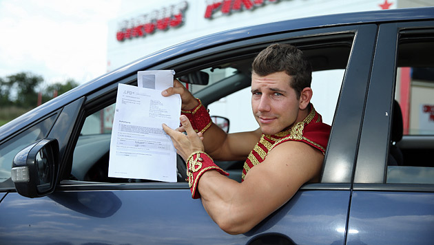 Zirkusdirektor Schneller sollte 100 Euro Strafe zahlen, weil er zu laut in seinem Auto gesungen hat. (Bild: Peter Tomschi)