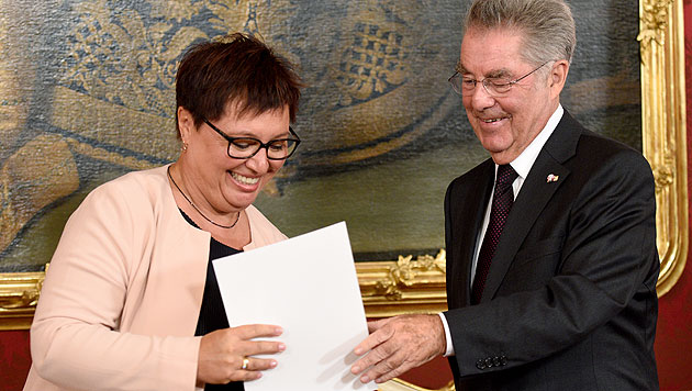 Sabine Oberhauser bei ihrer Angelobung durch Bundespräsident Heinz Fischer (Bild: APA/ROLAND SCHLAGER)
