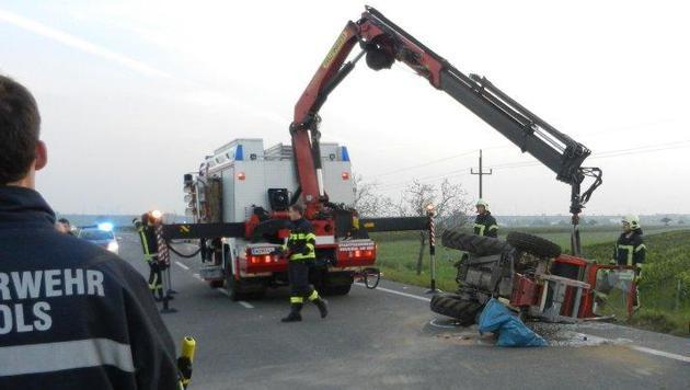 Der Traktor wurde durch die Wucht des Zusammenpralls umgestoßen. (Bild: FF Gols)