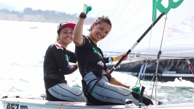 Geschafft! Lara Vadlau (links) und Jolanta Ogar bejubeln ihre Goldmedaille. (Bild: APA/OESV/DOMANSKI)