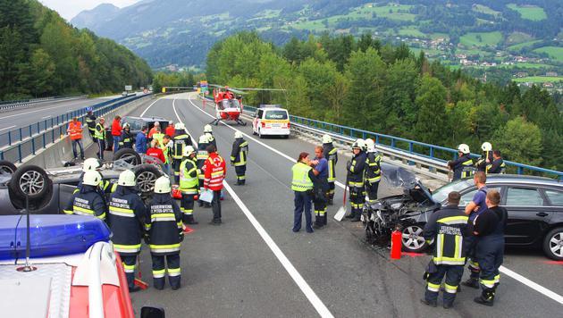 Drei Menschen wurden bei dem Unfall verletzt. (Bild: FF Spittal)