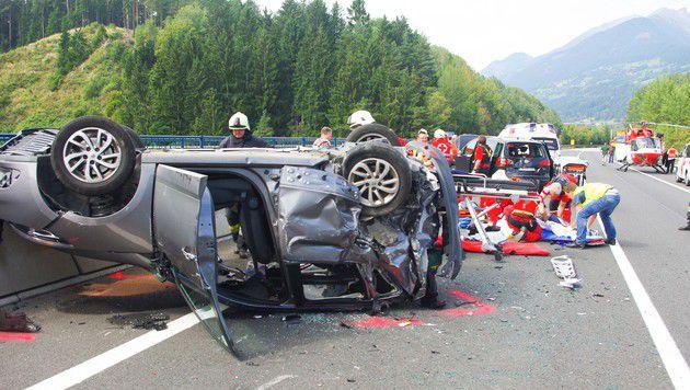 Das Auto des Unfallverursachers blieb am Dach liegen. (Bild: FF Spittal)