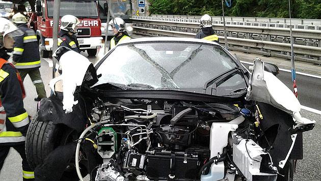 In dem Wagen saß ein dreijähriges Mädchen. Das Kind wurde verletzt. (Bild: APA/FEUERWEHR GLOGGNITZ-STADT)