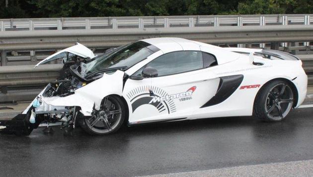 Der Luxuswagen krachte mit 90 km/h gegen die Leitschiene. (Bild: Einsatzdoku.at)