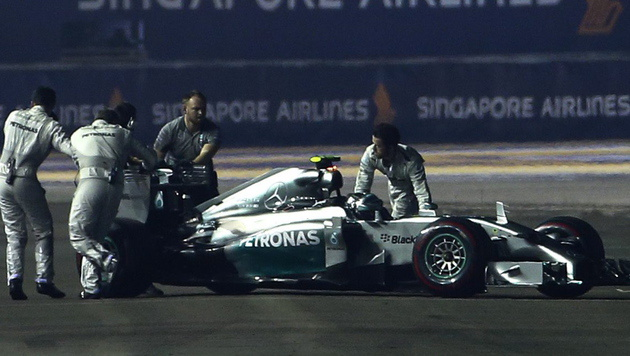 WM-Leader Nico Rosberg in Singapur früh out (Bild: APA/EPA/DIEGO AZUBEL)