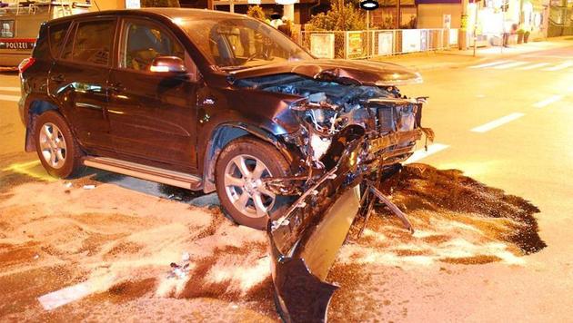 Der Lenker überfuhr eine rote Ampel und kollidierte auf der Kreuzung mit einem Taxi. (Bild: APA/POLIZEI)