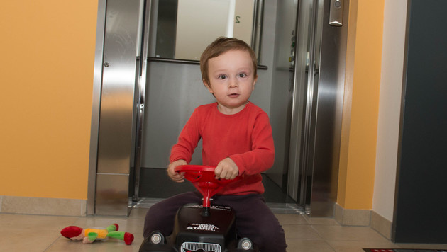 Der zweijährige Luca war im Lift eingesperrt. (Bild: Werner Kerschbaummayr)