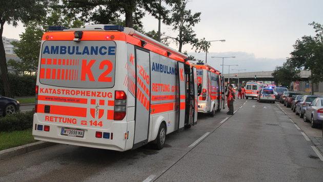 Der Verletzte wurde mit der Rettung ins Spital gebracht. (Bild: ANDI SCHIEL)