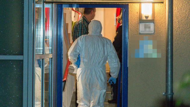 In der Wohnung des Toten werden Spuren gesichert. (Bild: APA/WERNER KERSCHBAUMMAYR)