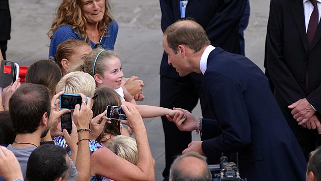 Für William stand in Malta unter anderem Händeschütteln auf dem Programm. (Bild: APA/EPA/AUSTIN TUFIGNO/DOI/POOL)