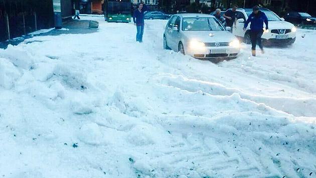 Die Straßen waren bis zu 25 Zentimeter hoch mit Hagelkörnern bedeckt. (Bild: APA/GEMEINDE FERNITZ)