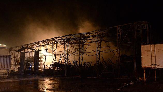 Trotz aller Bemühungen wurde die Halle ein Raub der Flammen. (Bild: Einsatzdoku.at)