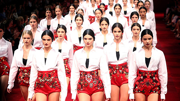 In der Show von Dolce & Gabbana defilierte Kendall Jenner in der ersten Reihe. (Bild: APA/EPA/MATTEO BAZZI)