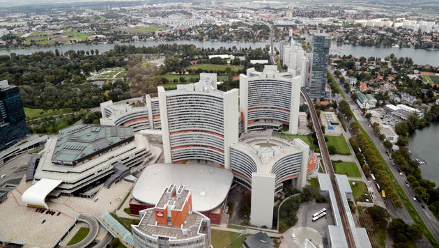 Der NSA-Horchposten (graues Hochhaus rechts) befindet sich gleich neben der UNO-City. (Bild: Klemens Groh)