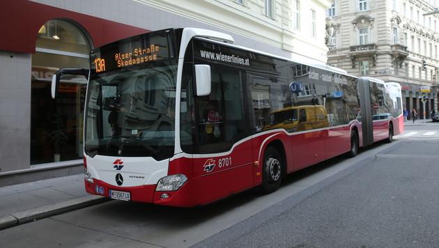 In den neuen Gelenkbussen haben viel mehr Passagiere Platz. (Bild: Peter Tomschi)