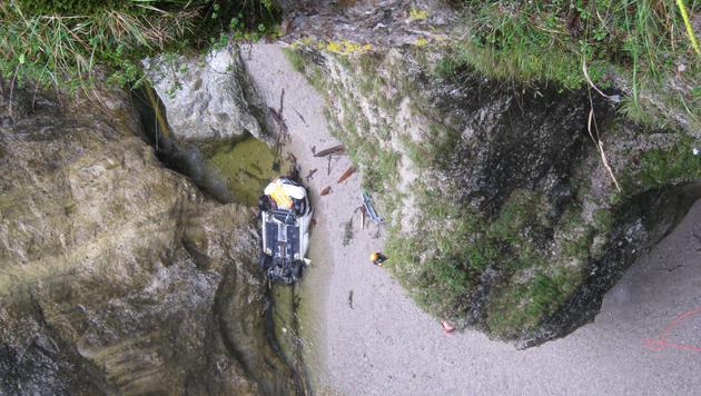 Der Wagen landete nach rund 170 Metern am Grund der Salzburger Strubklamm. (Bild: POLIZEI)