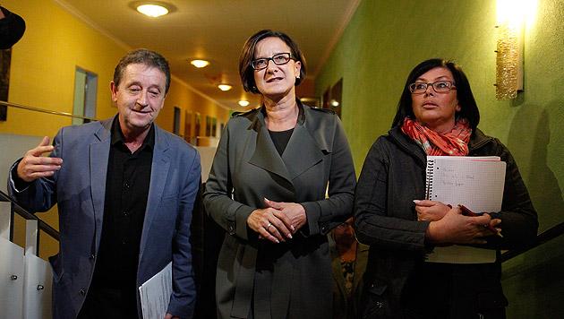 Die Innenministerin beim Besuch des Asylheims am Semmering mit Reinhard Reisinger und Maria Fischer (Bild: APA/ERWIN SCHERIAU)