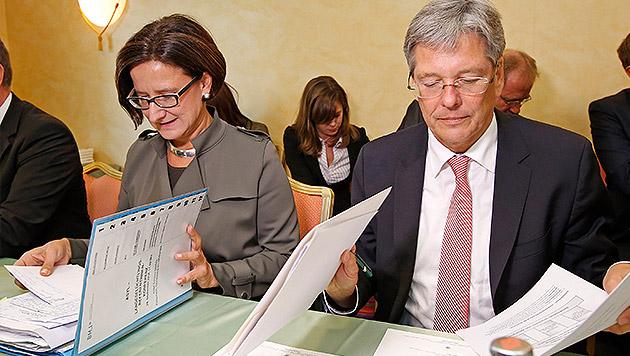 Innenministerin Johanna Mikl-Leitner zusammen mit Kärntens Landeshauptmann Peter Kaiser (Bild: APA/GERT EGGENBERGER)