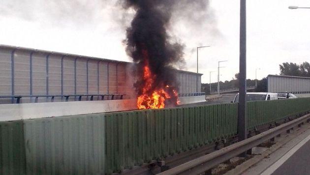 Klein-Lkw brannte auf Tangente lichterloh (Bild: Leserreporter Igor Rauf)