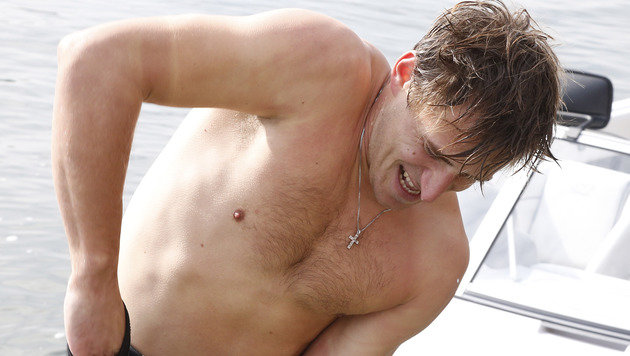 Abfahrts-Held Mayer auch auf Wasserski stark (Bild: APA/GERT EGGENBERGER)