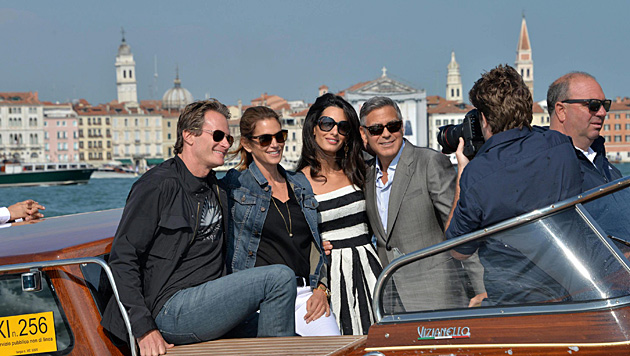 Rande Gerber, Cindy Crawford, Amal Alamuddin und George Clooney bei der Bootsfahrt durch Venedig (Bild: APA/EPA/ANDREA MEROLA)