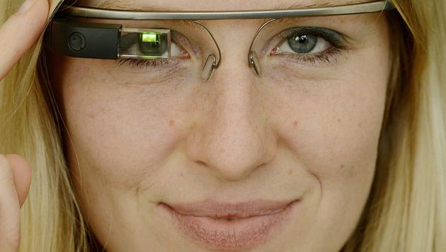 Datenbrille am Steuer genauso gefährlich wie Handy (Bild: APA/EPA/FILIP SINGER)