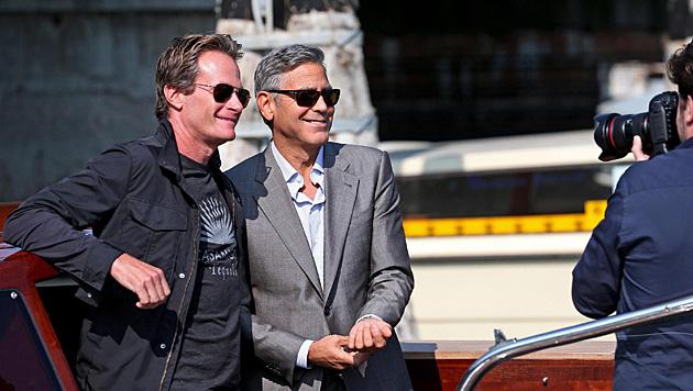 Rande Gerber und George Clooney posieren für die Fotografen. (Bild: APA/EPA/ALESSANDRO DI MEO)