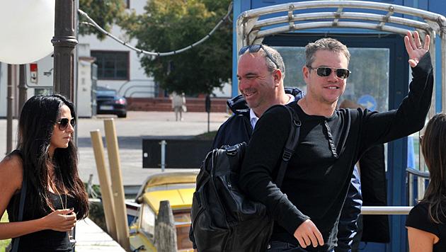 Matt Damon und Ehefrau Luciana bei der Ankunft am Flughafen (Bild: AP)