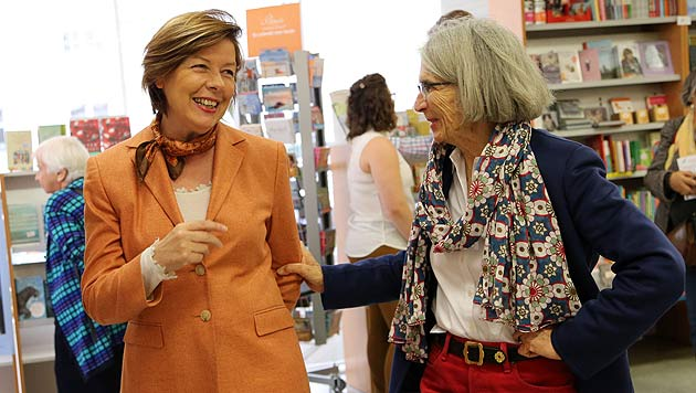 Conny Bischofberger mit Donna Leon (Bild: Kristian Bissuti)