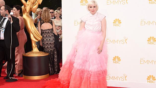 Lena Dunham sorgte bei den Emmys mit ihrem Outfit für Aufsehen. (Bild: AFP)