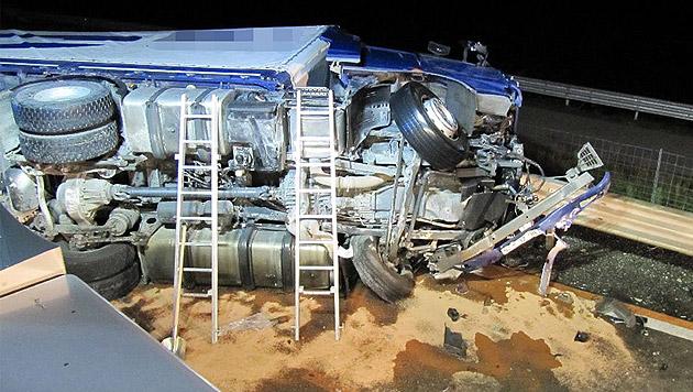 Der 52-jährige Lenker des Sattelzuges kam bei dem Unfall ums Leben. (Bild: APA/FF WILDON)