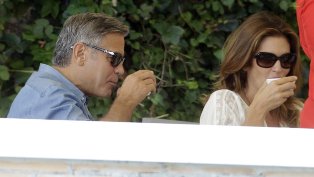 George Clooney und Cindy Crawford gönnen sich einen Cappuccino. (Bild: AP)