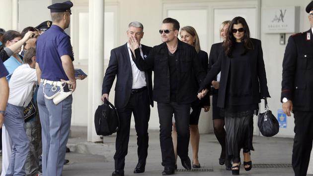 U2-Sänger Bono Vox mit seiner Ehefrau (Bild: AP)