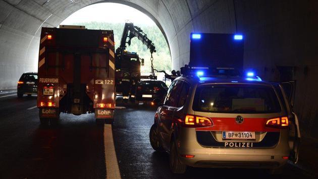 Während der Bergung des Unfallfahrzeugs war die A2 in Fahrtrichtung Wien gesperrt. (Bild: Einsatzdoku.at)