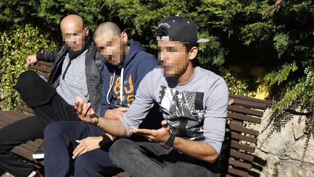 """Einige der Flüchtlinge im Gespräch mit der """"Krone"""". (Bild: Martin A. Jöchl)"""