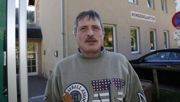 Bewohner Klaus Kain würde sich gerne mit den Flüchtlingen verständigen können. (Bild: Martin A. Jöchl)