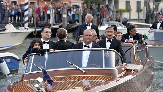 George Clooney vor der Hochzeit im Taxiboot auf dem Weg ins Luxushotel Aman Canal Grande Venice (Bild: AFP)