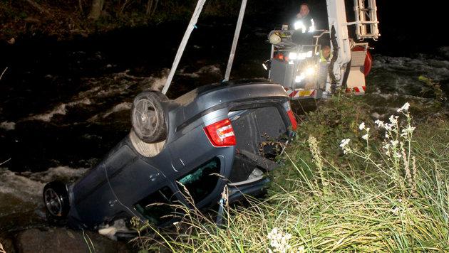 Der Unfallwagen wurde von der Feuerwehr mittels Kran aus der Lavant gehievt. (Bild: APA/WWW.FEUERWEHR-WOLFSBERG.AT)