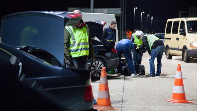 Penibel wurde der Kofferrauminhalt verdächtiger Personen durchsucht. (Bild: LPD OÖ/Michael Dietrich)