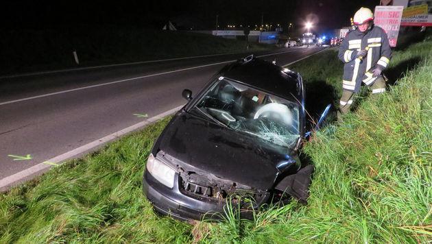 Der Pkw des betrunkenen Lenkers landete im Straßengraben. (Bild: APA/FF WIESEN)