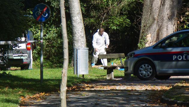 Die Spurensicherung der Polizei ermittelt am Fundort der Leiche. (Bild: APA/FMT-PICTURES/MW)