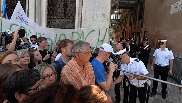 Vor dem Standesamt protestierten städtische Bedienstete. (Bild: AP)
