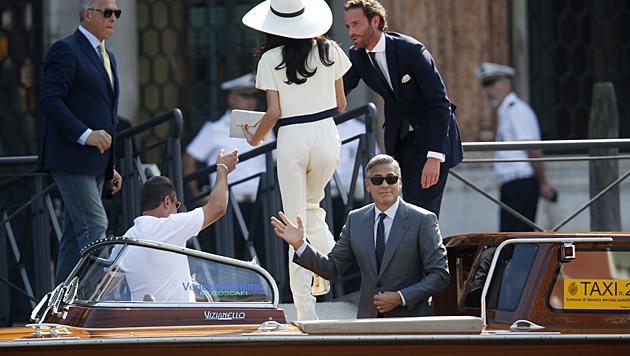 George Clooney und Amal kommen vor dem Standesamt in Venedig an. (Bild: AP)