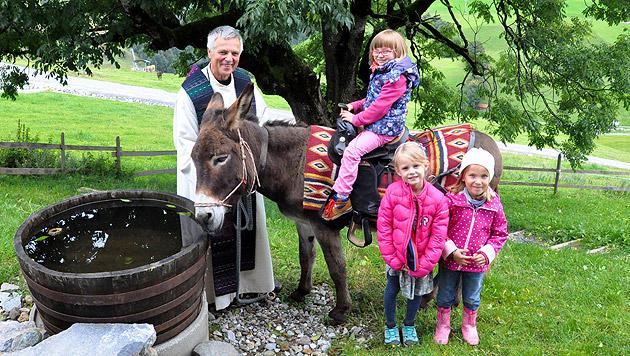 Pfarrer Hans Bühler brachte seinen Esel mit auf die Simonalm. (Bild: Hochsöll)