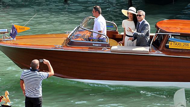 Mit dem Wassertaxi rauschten Clooney und Amal nach der Trauung wieder ab. (Bild: AP)