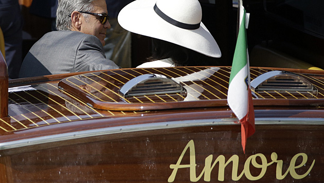 """Mit dem Wassertaxi """"Amore"""" kamen Clooney und Amal zum Standesamt. (Bild: AP)"""
