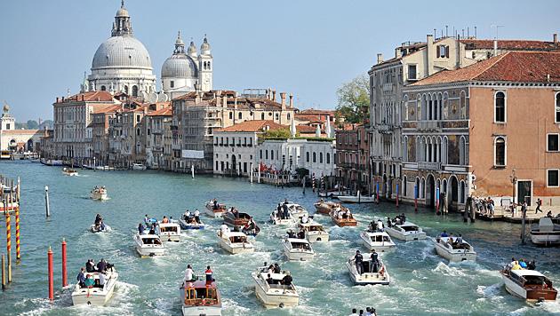 Im Wassertaxi schipperten die beiden über den Canale Grande. (Bild: AP)