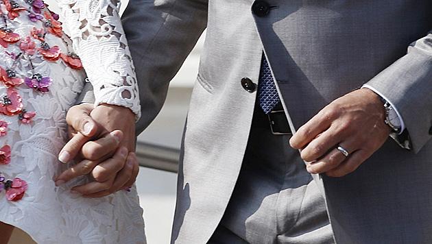 Am Sonntag präsentierte das Paar den Fotografen seine Eheringe. (Bild: AP)