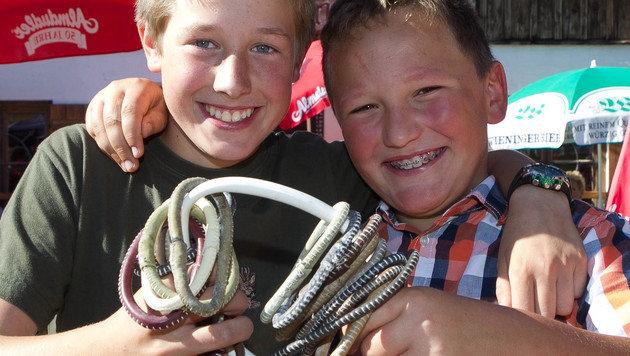 Der Nachwuchs trainiert auch schon fleißig: Maximilian und Rupert mit den Ringen. (Bild: Neumayr/Probst)