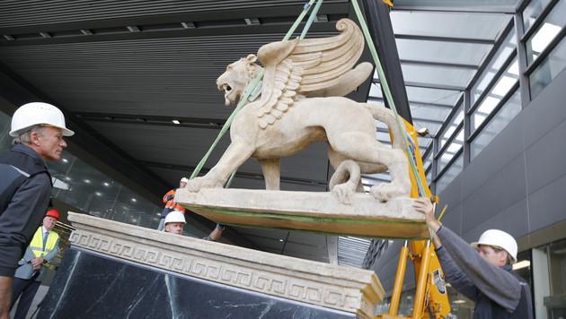 Vorsichtig ließen die Arbeiter den Markuslöwen auf den Steinsockel herab. (Bild: Zwefo)